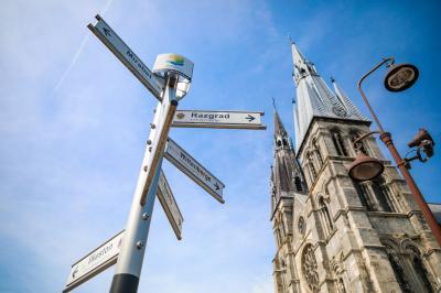 Stiftskirche Notre-Dame-en-Vaux in Châlons-en-Champagne mit dem Schild der Städtepartnerschaften I Foto: Christophe Manquillet