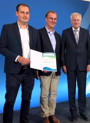 Leitender Verwaltungsbeamter Normen Strauß sowie Amtsvorsteher Thomas Detlefsen mit Bundesminister Horst Seehofer