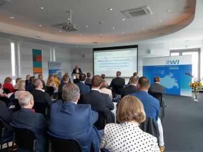 Minister für Arbeit, Wirtschaft und Gesundheit Herr Harry Glawe eröffnet mit Grußworten die Veranstaltung
