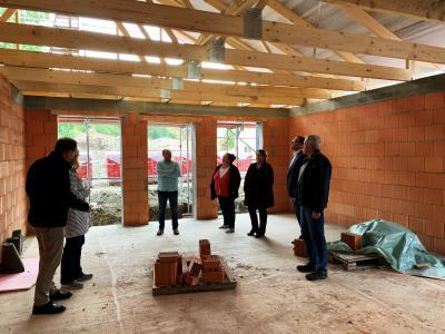Es geht voran! Mitglieder des Kindergartenausschusses und Mitarbeiter der Samtgemeindeverwaltung machten sich ein Bild vom aktuellen Baufortschritt. (Bild: Gemeinde Grasleben)