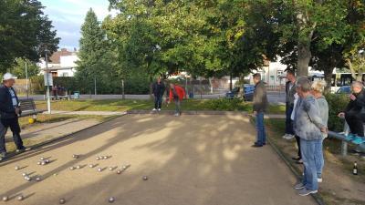 Foto zur Meldung: Kommunalpolitiker spielen Boule in der Lehniner Ortsmitte