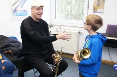 Trompetenlehrer Mornhinweg beim Tag der offenen Tür.