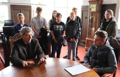 Bürgermeister Dr. Oliver Hermann im Interview mit Schülern und Schülerinnen des Marie-Curie-Gymnasiums Wittenberge I Foto: Martin Ferch