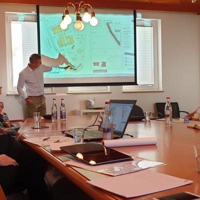 Bürgermeister Holger Bezold präsentiert die ersten Planungen zum Neubau der Kindertagesstätte.