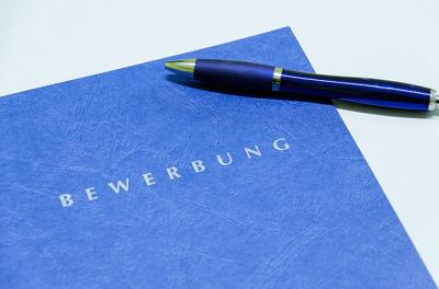 Bewerbungsmappe mit Stift; Quelle: https://pixabay.com/