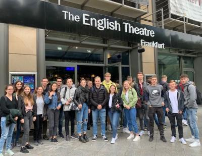 Gruppenfoto vor dem English Theatre in Frankfurt