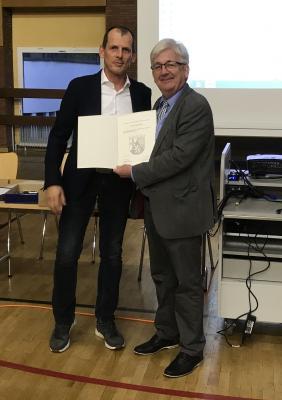 Schulleiter Thiomas Guckenbiehl überreichte Ralf Holl eine Dankurkunde der rheinland-pfälzischen Bildungsministerin