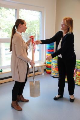 Beigeordnete Luise Herbst (re) überreicht den Spaten an Leiterin Wiebke Schneider
