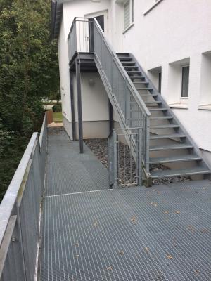 """Vorschaubild zur Meldung: Rückseite """"weißes Haus"""" / Sitzgelegenheiten am Festplatz"""