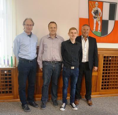 Bild von links: Personalrat Michael Munzert, Hauptamtsleiter Ulrich Kraus, Daniel Höfer und Erster Bürgermeister Stefan Busch