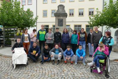 Schülerinnen und Schüler der Förderschule mit Pädagogen und Begleitern vor dem Marktbrunnen