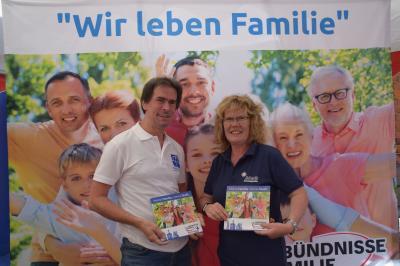 Stadt Perleberg | Uwe Sommer (Diakoniewerk Karstädt/Wilsnack e.V.) und Simone Mößner (Jugendhilfe Nordwestbrandenburg) präsentieren den neuen Bündnisstand
