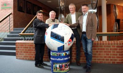 Foto zur Meldung: Nach dem Rathaus liegt der XXXL -Integrationsball nun beim Kreishaus