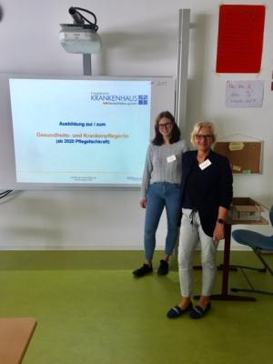Sabine Schmalebach (rechts), Pflegedirektorin und Schülerin Lara Limke (links) präsentierten das Ausbildungsangebot des Ev. Krankenhaus Dierdorf/Selters während der Job-Messe an der IGS, Selters