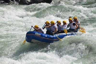 In voller Fahrt: Das siegreiche LKV-Team beim Langstrecken-Rafting Oboke-River-Festival