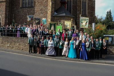 Gruppenfoto vor der Kirche in Ersdorf