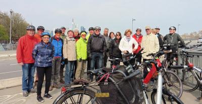 Das Foto zeigt die Radler*innen, die am 10. April nach Frankfurt gefahren sind. Am 16. Oktober können Interessierte nach Offenbach radeln.