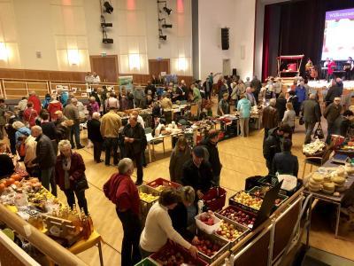 1.Viele Besucher kamen zur Apfelsortenausstellung in den Saal des Kultur- und Festspielhauses I Foto: Gabriele Hahn