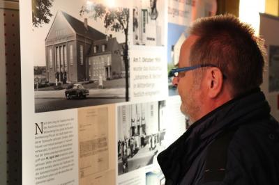 Ein Besucher vor der Schautafel des Kultur- und Festspielhauses Wittenberge I Foto: Martin Ferch