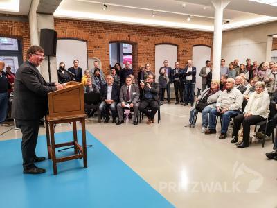 Der Pritzwalker Vizebürgermeister Halldor Lugowski erinnert zur Ausstel-lungseröffnung an die Geschehnisse im Herbst 1989 in Pritzwalk. Foto: Beate Vogel
