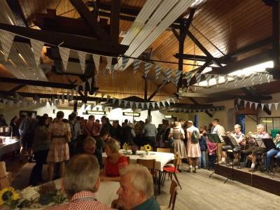 Zahlreiche Gäste aus nah und fern feierten in gemütlicher Runde beim Oktoberfest in Menzel.