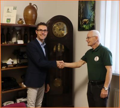Foto zu Meldung: Bürgermeister übergibt Rehfelder Heimatstube alte Standuhr