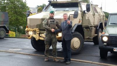Hauptmann Jakob Penner (links) und Bürgermeister Klemens Olbrich (rechts) vor einem Begleitfahrzeug.