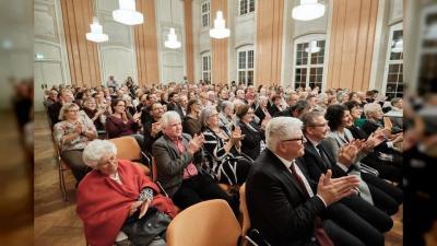 Das Publikum beim Festakt des Hopsizvereins Tettnang im Rittersaal applaudiert. (Foto: Mark Hildebrandt)