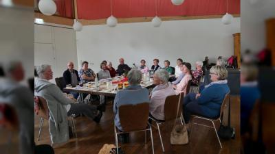 Pflegende Angehörige sprechen mit Rolf Arnold, Hausarzt im Ruhestand, über das Thema Pallativmedizin. (Foto: Annette Rösler)