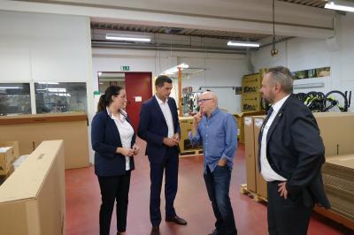V.l.n.r.: Landtagsabgeordnete Kristin Floßmann, Mike Mohring, Vorsitzender der CDU Thüringen, Geschäftsinhaber Wolfgang Renner, Bürgermeister Holger Obst