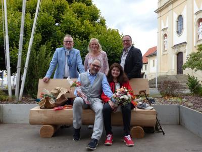 Auf seiner neuen Ruhebank sitzend: Norbert Scheuring mit seiner Frau Ute