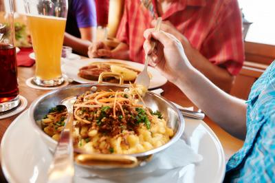 Essen im Gasthaus- Foto ArberBergbahn/Woidlife
