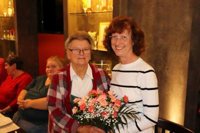 Händlerin Brigitta Otto (I.) dankte Anke Hahn vom Wittenberger Interessenring für die gute Zusammenarbeit I Foto: Martin Ferch