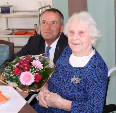 Der stellvertretende Bürgermeister Thomas Zylla gratulierte Renate Melzow zum 101. Geburtstag.