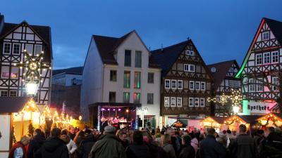 Gut gefüllt war der Kupferstädter Adventsmarkt in 2018 am Sontraer Marktplatz.