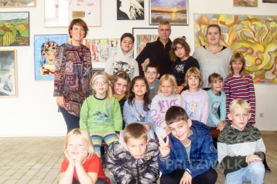 Nach der Führung machten die Kinder mit Dana Kuhse (hinten links), Horst Kontak (hinten Mitte) und Marleen Brandt (hinten rechts) ein Erinnerungsfoto. Foto: Privat