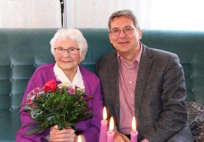 Bürgermeister Dr. Oliver Hermann gratulierte Hedwig Kröcher zum 100. Geburtstag  I Foto: Martin Ferch