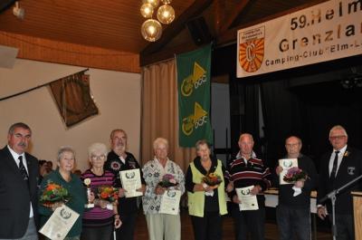 Die Geehrten erhielten Urkunden und Blumensträuße zum Dank. (Foto: Angela Müller)