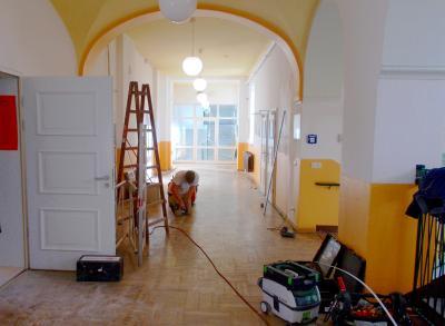 Vorbereitungsarbeiten für den Einbau der Türelemente für den 2. Rettungsweg, der die Flure vom Treppenhaus abgrenzen wird