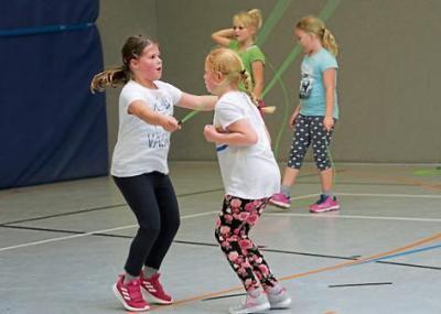 Üben den Doppelsprung: Schülerinnen der vierten Klassen in Strücklingen beim Herz-Vorsorge-Projekt. Bild: Freya Adameck