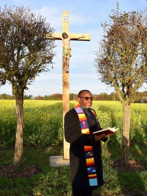 Segnung des Flurkreuzes durch Pfarrer Dr. Emmanuel Umeh