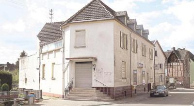 Das Rathaus in Oberneisen (ehemaliges Kaufhaus Zimmermann) soll an gleicher Stelle neu aufgebaut werden. Dazu gab es in der Einwohnerversammlung eine lebhafte Diskussion. Am Donnerstag ist das Rathaus Thema der nächsten Sitzung des Ortsgemeinderates. Foto: Kahl