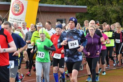 Start der Läuferinnen und Läufer über die 5,1 und 9,8 km langen Strecken   Fotos: Claus Beumler