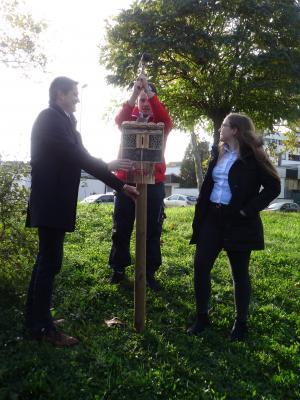 Foto zur Meldung: TKW-Azubis bauen Bienenhotels für Spiel- und Erholungsfläche Waldstraße