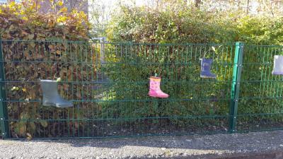 Vorschaubild zur Meldung: Kunst-Garten-AG-Kinder bepflanzen Gummistiefel