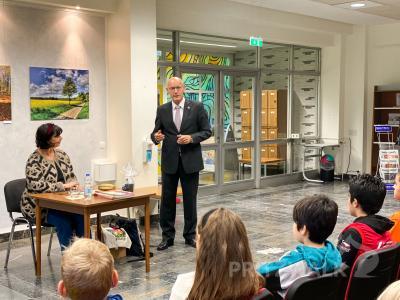 Machte die Kinder mit Sandor der Fledermaus bekannt: Autorin Dorothea Flechsig, die von Bürgermeister Dr. Ronald Thiel in der Bibliothek begrüßt wurde. Foto: Andreas König/Stadt Pritzwalk