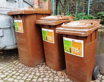 """""""Kein Plastik in die Biotonne"""": Mit einer Aufkleberaktion informiert die Stadt Maintal ihre Bürgerinnen und Bürger darüber, welche Abfälle in den Biomüll gehören und welche nicht."""