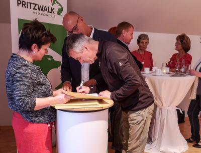 Heike Fuchs und Bürgermeister Dr. Ronald Thiel überreichen Horst Kontak vom Verein Kunst Freunde Pritzwalk den Förderbescheid. Foto: Beate Vogel