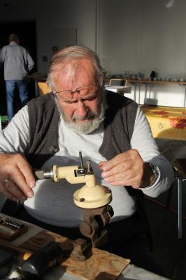 Mit Spezialwerkzeug hat Karlheinz Schulz Ringe geweitet