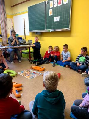 Besuch der Stadtbibliothekarin in den ersten Klassen